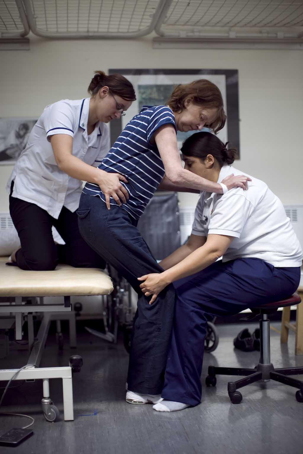 strokepatient hjälps