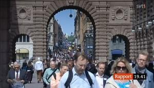 Folk promenerar i vårsolen lyckligt ovetandes om SD:s bidragsfusk