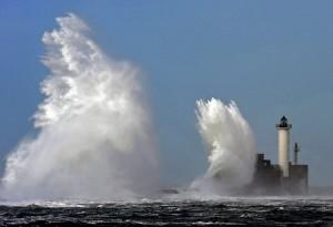 Stormvågor slår mot fyr