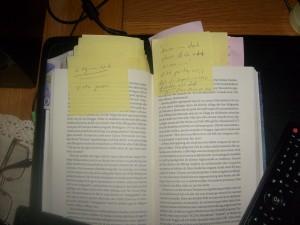 Boken Hatet uppslagen med mängder av antecknade post-it lappar fastklistrade