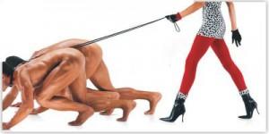 kvinna som går med nakna män på alla fyra kopplade som hundar