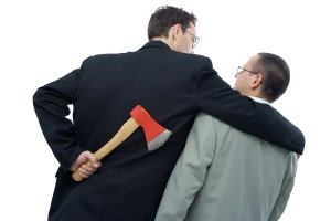 Man lägger armen om en annan man men håller yxa bakom ryggen