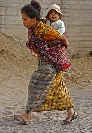 Kvinna bär barn