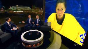Män i TV-studio, storbildsskärmen visar bild på kvinna i landslagsdräkt