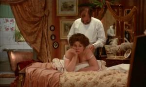 Jarl Kulle sätter på frugan (som ser uttråkad ut) bakifrån. Från filmen Fanny och Alexander