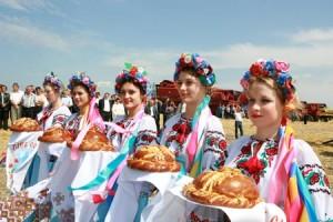 Ukrainska kvinnor i folkdräkt