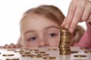 mynt framför litet barn