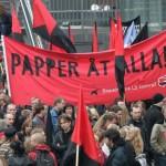 """Första maj tåg, banderoll """"Papper åt alla"""""""