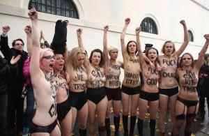 Barbröstade feminister protesterar (femen)
