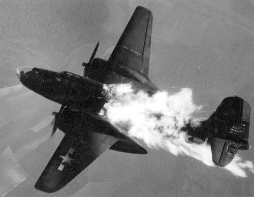 Flygplan träffat av luftvärnseld