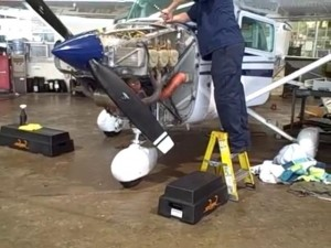 Flygplansmekaniker arbetar med motor