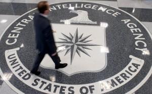 Man går över CIA-logotyp