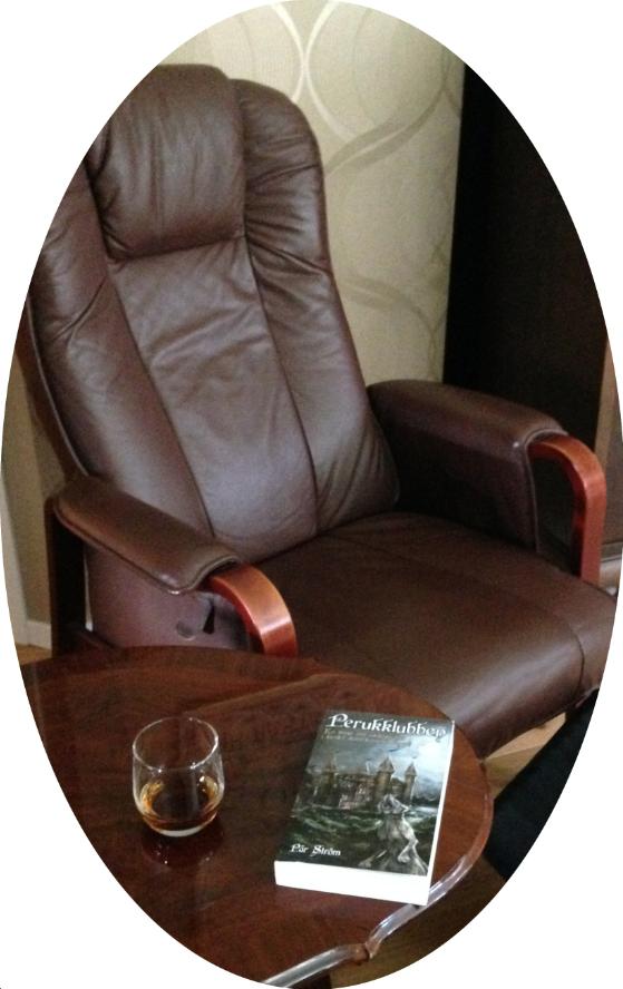 En skön fåtölj, favoritrommen i glaset, boken på plats  Här ska njutas!