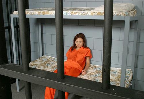 Kvinna i fängelsecell