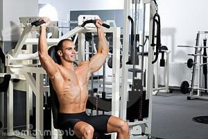 Kille som tränar på gym