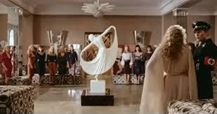 Salong Kitty från en erotisk dramafilm  regisserad 1976 av Tinto Brass.