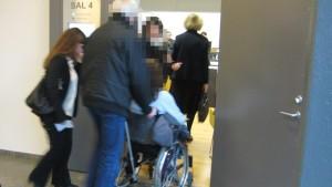 Marina vårdades fortfarande på sjukhus och kom till rätten i rullstol. Foto: Viktoria Svedlund / P4 Skaraborg Sveriges Radio