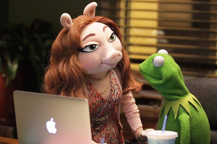 Kermit med nya flickvännen Denise efter att han dumpat Miss Piggy